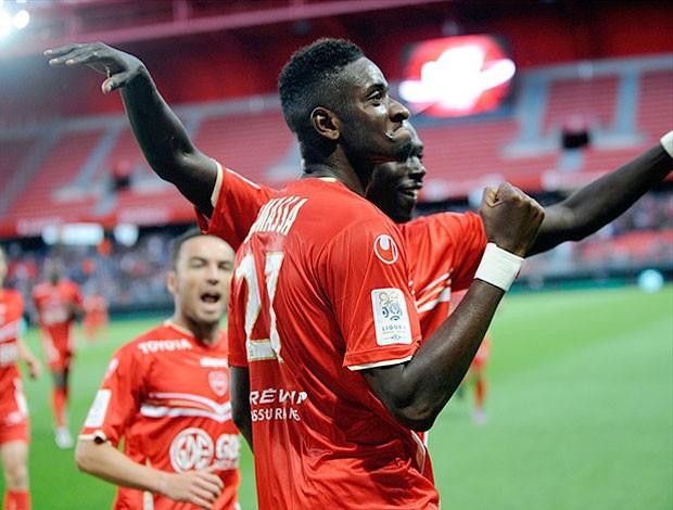 Samassa festeja gol do Valenciennes contra o Ajaccio (Foto: Divulgação)