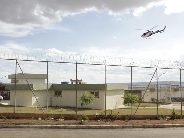 Polícia Militar sobrevoou o presídio para analisar a situação do prsídio. (Foto: Valdivan Veloso / G1)