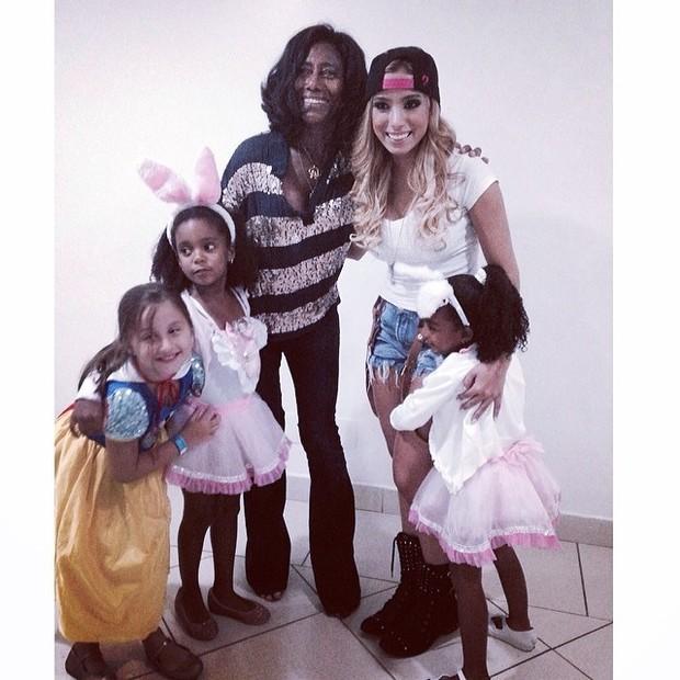 Anitta com Glória Maria e as filhas (Foto: Instagram / Reprodução)