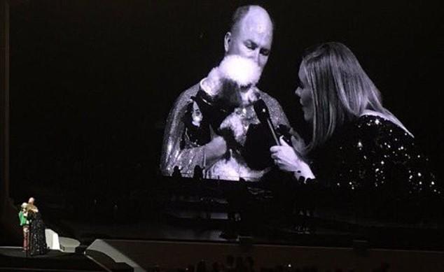 Adele encanta fãs com cachorro no palco (Foto: Twitter/Reprodução)