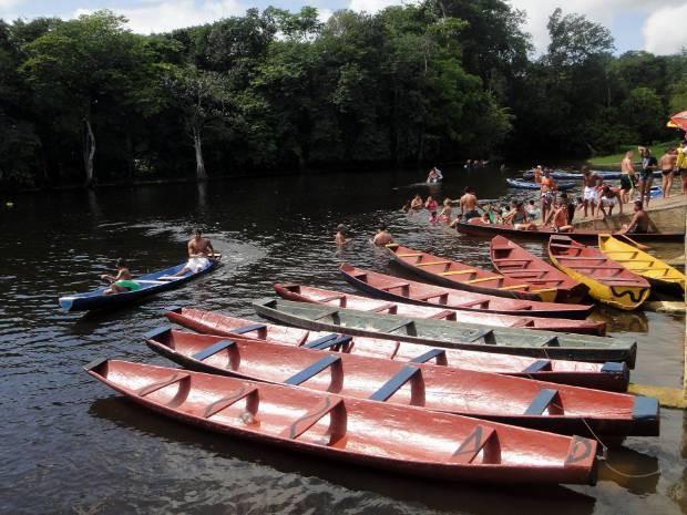 Passeio de canoa é tradicional no Caraparu.  (Foto: Thais Rezende/ G1)