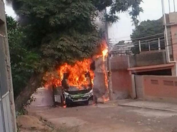 Ônibus é incendiado em São João de Meriti (Foto: João Camilo dos Santos/Arquivo Pessoal)