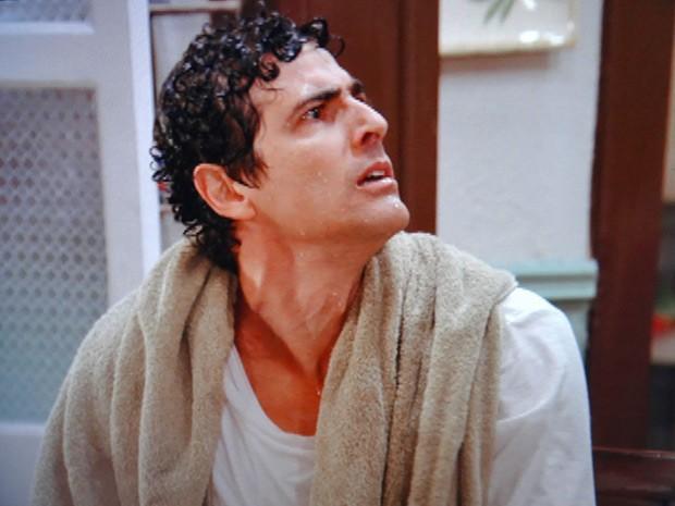 Nando está revoltado (Foto: Guerra dos Sexos / TV Globo)