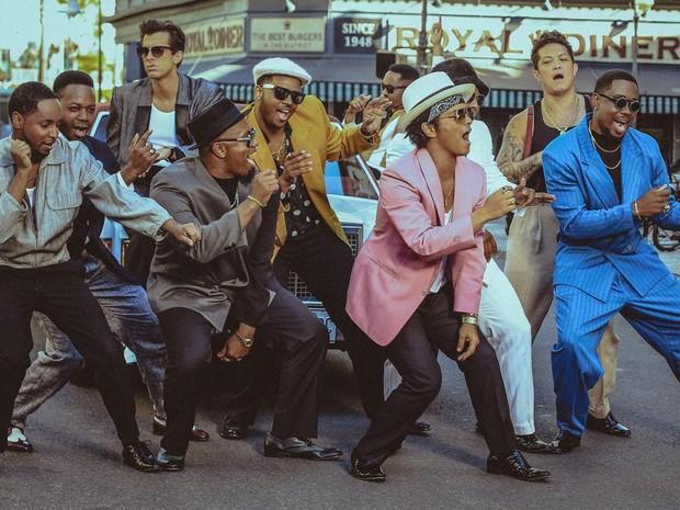 Mark Ronson (ao fundo, de camiseta branca e blazer cinza) e Bruno Mars (à frente, de blazer rosa) no clipe de 'Uptown funk' (Foto: Divulgação)