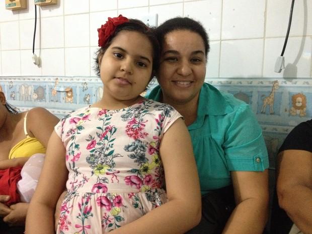 Ivanete e a filha Isabele, que faz tratamento na oncopediatria do Hospital de Base (Foto: Gaia Quiquiô/G1)