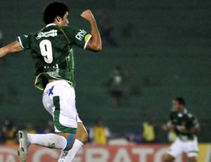 Bruno Mendes comemora gol do Guarani contra o Botafogo (Foto: Rodrigo Villalba / Memory Press)