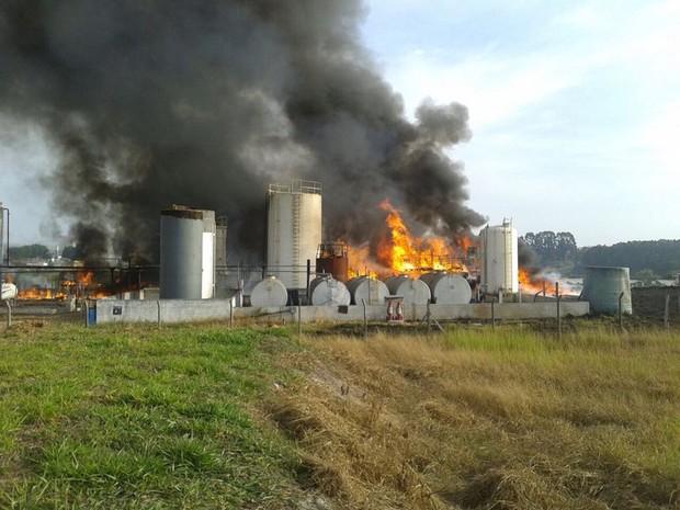 Incêndio começou na manhã deste domingo em fábrica no Distrito de Quiririm, em Taubaté (Foto: Diovulgação/Corpo de Bombeiros)