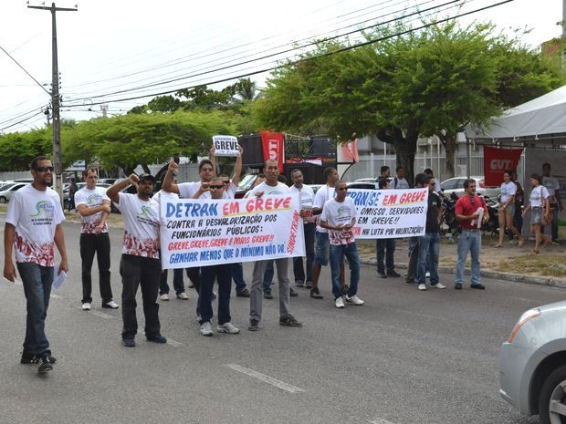 Funcionários em greve fizeram panfletagem na Avenida Adélia Franco em Aracaju (Foto: Marina Fontenele/G1)