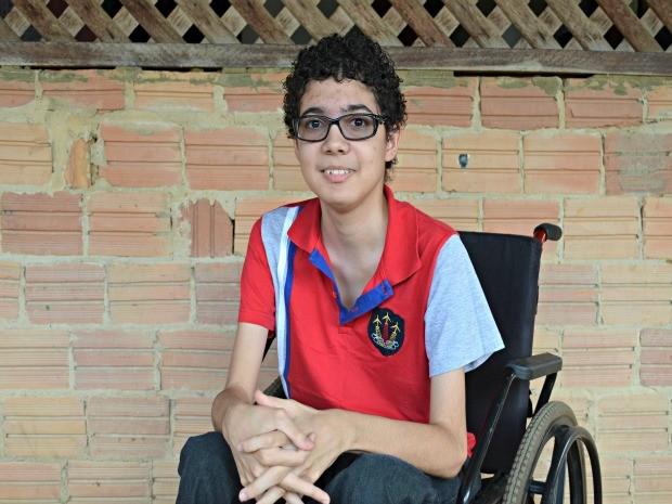 Lucas foi diagnosticado com distrofia muscular há dois anos (Foto: Eliete Marques/G1)