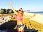 Denise Rocha acorda cedo e mostra boa forma em dia de praia com fãs