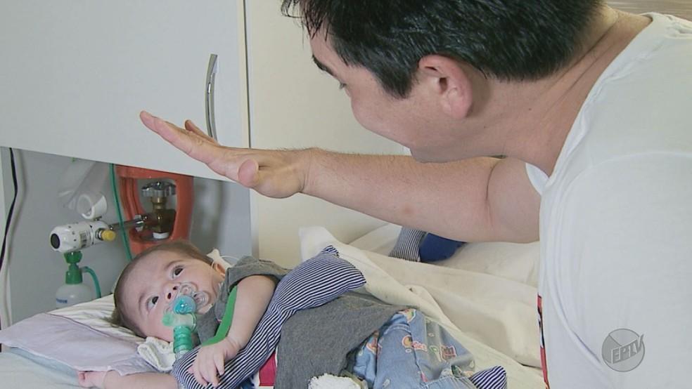 Alexandre Marques brinca com o filho, Joaquim, que sofre de atrofia muscular espinhal (Foto: Carlos Trinca/EPTV)
