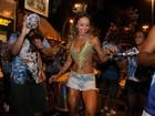 Sabrina Sato deixa pouco à imaginação em ensaio de rua