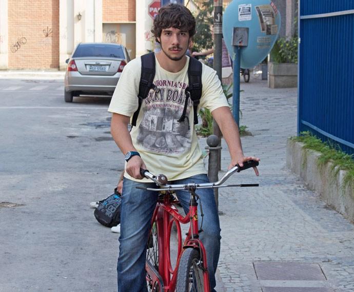 Luan anda com a bike de Idelfonso (Foto: Bruno Cavalieri / Gshow)