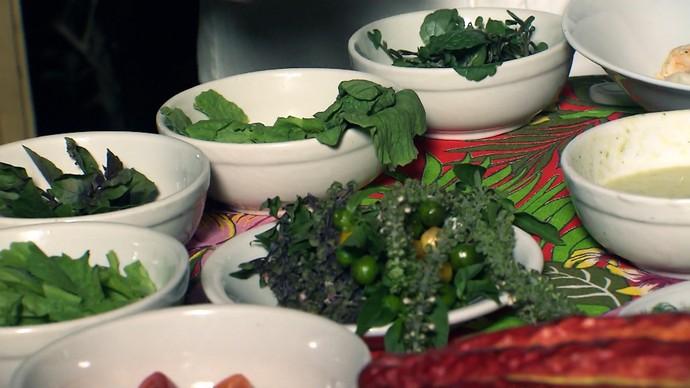 Salada leva mix variado de hortaliças (Foto: TV Bahia)