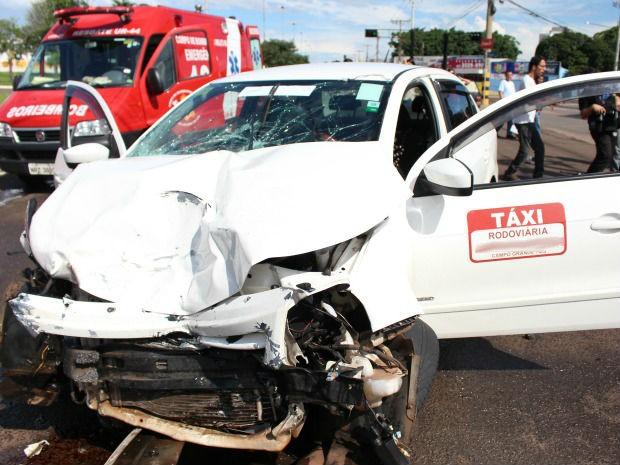 Acidente entre táxi e caminhonete em Campo Grande (Foto: Lucas Lourenço/G1 MS)