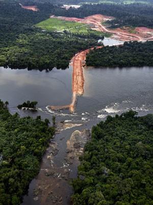 Barragem construída pela Norte Energia corta Rio Xingu, na região de Altamira, no Pará (Foto: Divulgação/Greenpeace/Marizilda Cruppe)