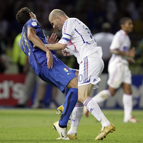 Marco Materazzi falls on the pitch after being head-butted by France's Zinedine Zidane (R) during their World Cup 2006 final soccer match in Berlin  (Foto:  Reuters)