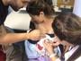 Antônia Fontenelle vacina o filho em posto de saúde da rede pública