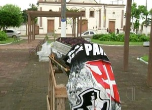 Caixão é colocado em praça para celebrar queda do Vasco (Foto: Reprodução/ Inter TV)