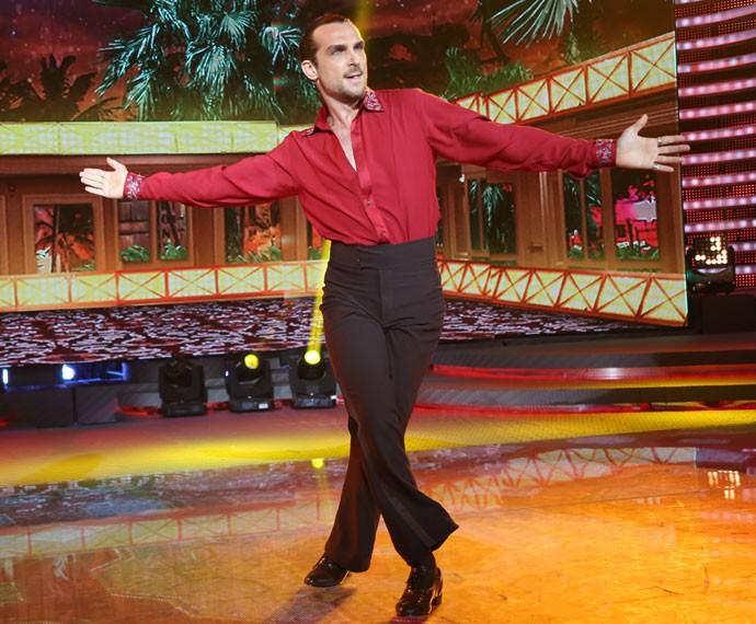 Igor Rickli é o dono da pista em sua apresentação na noite de salsa no 'Dança' (Foto: Carol Caminha/Gshow)