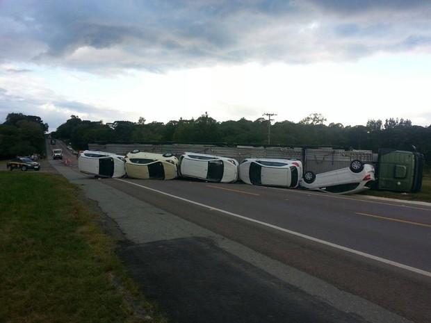 Caminhão-cegonha tomba na BR-116 em Itaiópolis, SC (Foto: PRF/Divulgação)
