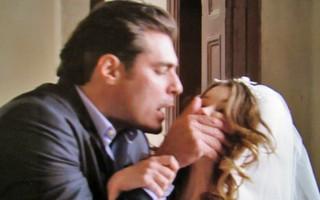 Marcos tampa a boca da jornalista e a leva para a sacristia (Foto: TV Globo)