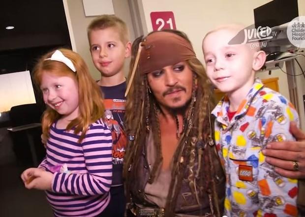 Johnny Depp visita hospital (Foto: Reprodução/Youtube)