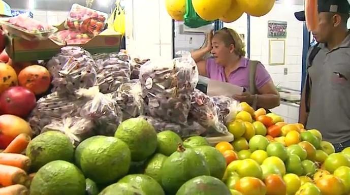 Cheia do Rio Negro provoca alta dos preços na Feira da Manaus Moderna (Foto: Amazônia TV)