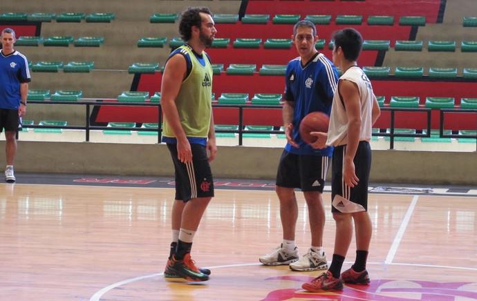 benite treino com bola basquete flamengo (Foto: Marcello Pires)