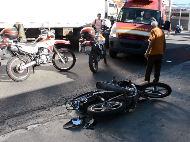Dois carros e uma moto se envolveram num acidente na manhã desta segunda-feira (26) no cruzamento das avenidas Vasco da Gama com a João Machado, no bairro de Jaguaribe, em João Pessoa, no sentido bairro-centro (Foto: Walter Paparazzo/G1)