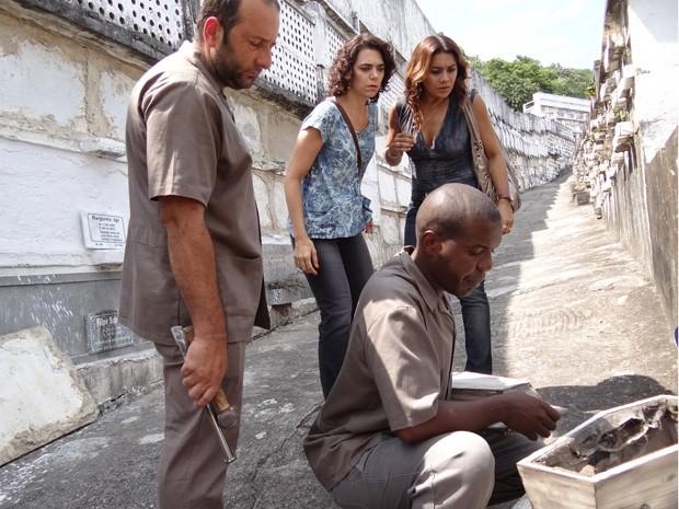 Para piorar, o coveiro afirma que nunca houve bebê ali! (Foto: Salve Jorge/TV Globo)