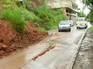 Barranco bloqueia parte de rua no bairro Paraíso de Cima (Foto: Reprodução/TV Rio Sul)
