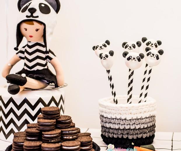 A boneca de pano com gorro de panda completou a decoração da mesa que tinha minidonuts e biscoito de chocolate com recheio de baunilha entre as delícias (Foto: Lilian Cruz)