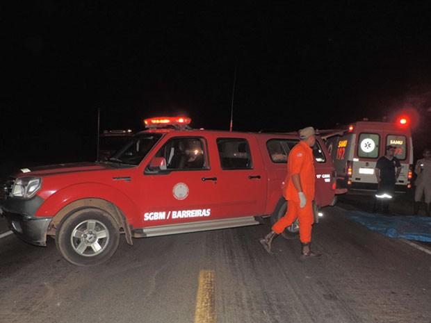Corpo de bombeiros, Samu, agentes da PRF e da Polícia Civil estiveram no local do acidente. (Foto: Sigi Vilares/Blog do Sigi Vilares)