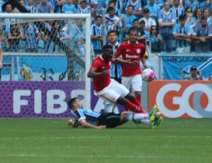 Edílson aplica carrinho e rouba bola de Paulão (Foto: Diego Guichard)