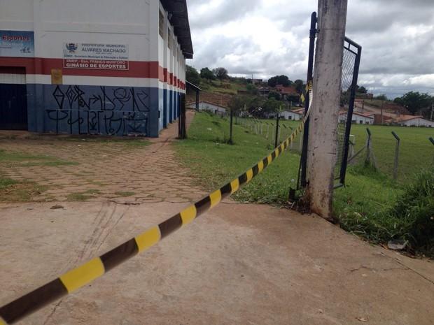 Policiais seguiram os rastros de sangue para facilitar a localização do corpo (Foto: Stephanie Fonseca/G1)