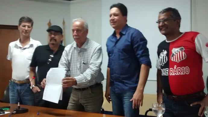 Amarildo Carvalho (de azul) pretende ser o próximo presidente da FFMS (Foto: Hélder Rafael)
