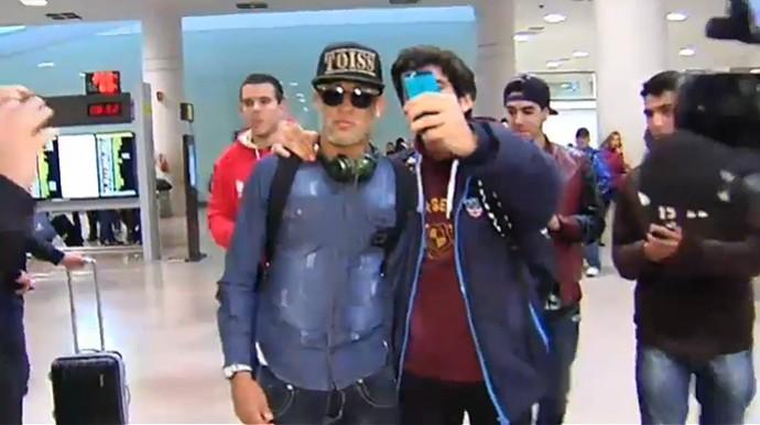 Neymar chega à Espanha após férias no Brasil (Foto: Reprodução)