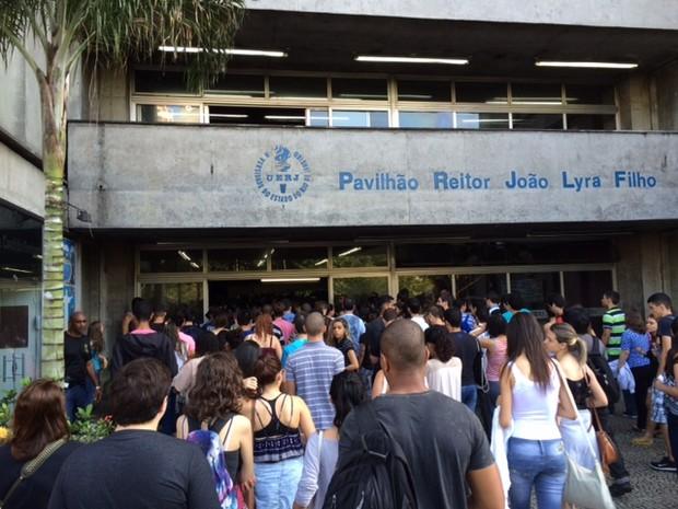 Movimentação era intensa por volta de 8h na Uerj (Foto: Janaína Carvalho/G1)