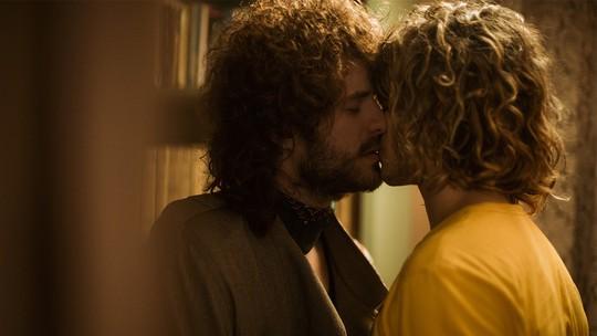 Leon e Rudá se beijam após o sarau