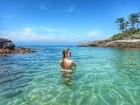 Bárbara Evans curte domingo em praia paradisíaca