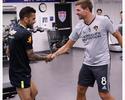 Aniversariante, Gerrard recebe Daniel Alves no CT do Los Angeles Galaxy