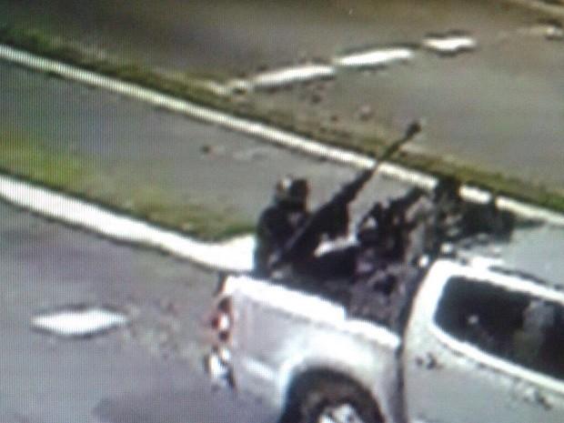 Imagem mostra criminoso com fuzil em avenida de Santos (Foto: G1)