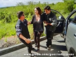 Manoela é presa na estrada (Foto: Guerra dos Sexos / TV Globo)