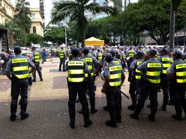 PMs se concentram na Praça da República antes de segundo ato contra Copa convocado por manifestantes nas redes sociais. (Foto: Paulo Toledo Piza/G1)