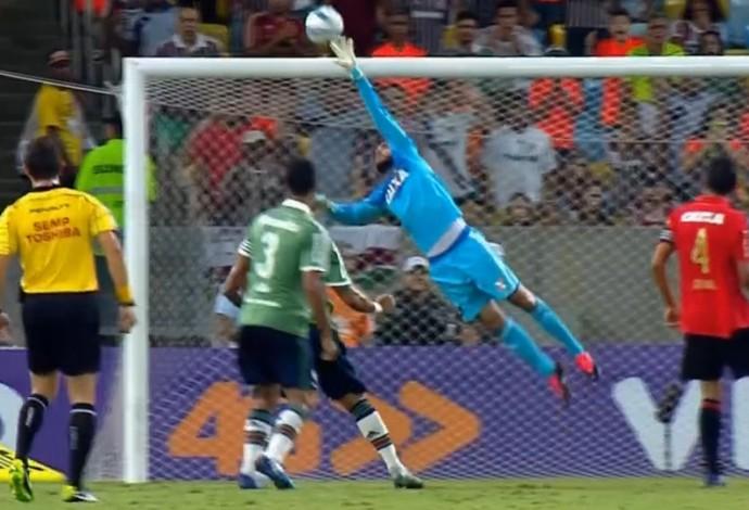 Danilo Fernandes, goleiro do Sport, defende cabeçada de Antônio Carlos, do Fluminense (Foto: Reprodução SporTV)