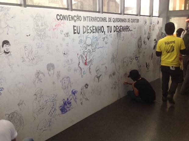 Público é convidado a deixar seus traços no painel (Foto: Divulgação/RPC TV)
