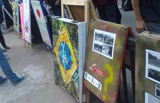 Cavaletes que viraram arte nas eleições municipais de 2012 (Foto: Reprodução/Facebook)
