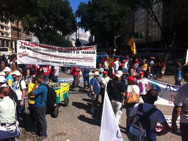 Manifestantes se reúnem na Candelária na quinta-feira (9) (Foto: Janaína Carvalho/G1)