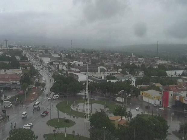 Em Juazeiro Norte, apesar de pouca chuva, ventos fortes derrubaram árvores na cidade (Foto: Reprodução/TV Verdes Mares)